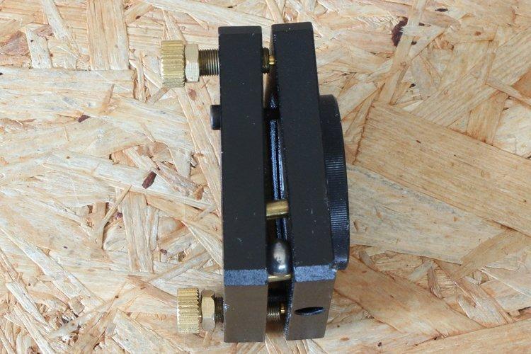 adjusting tilt of mirror mount